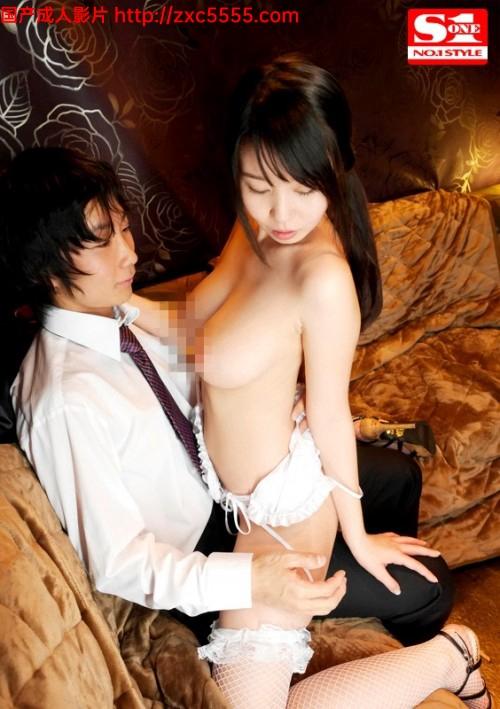 日本夜总会叫来大奶妹子现场直接操了隔壁坐位上各有各的快活